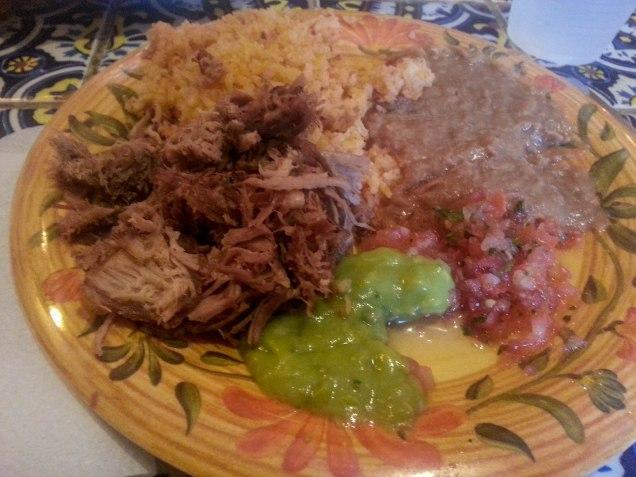 Comida de Isaac. Carne de ternara mechada, arroz, guacamole y frijoles en puré